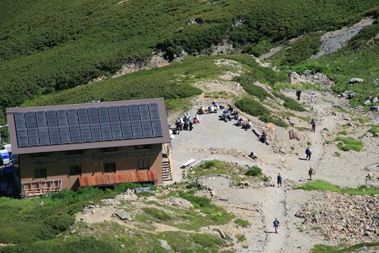 山頂から見る小屋