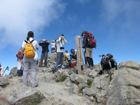 山頂を出発
