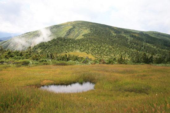 池塘と平ヶ岳