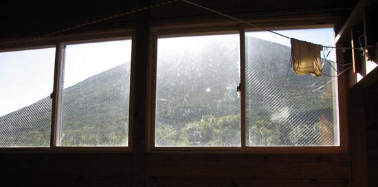 小屋の窓から