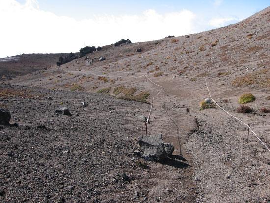 火山砂礫の道