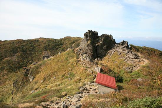 大倉石と避難小屋