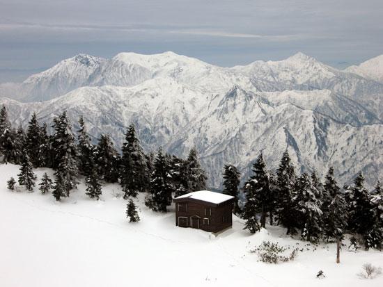 小屋と谷川岳方面