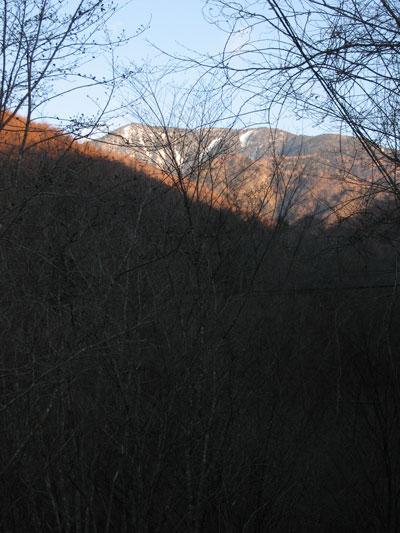 朝日を浴びた山