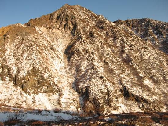 朝日を浴びる朝日岳