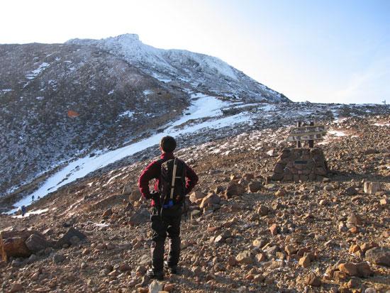 茶臼岳を見つめる
