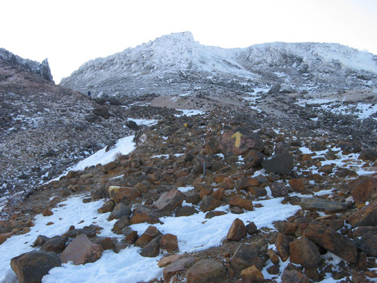 岩の斜面を登る