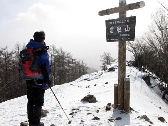 吹雪く山頂