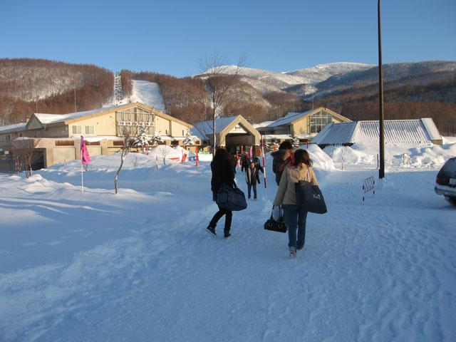 スキー場入口前