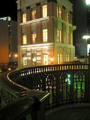 納屋橋から旧加藤商会ビルを望む