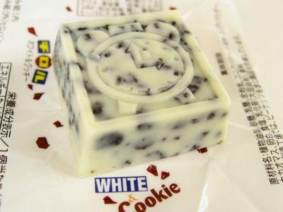 チロルチョコ--WHITE&Cookie。