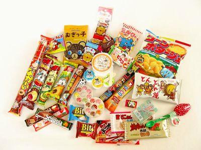 駄菓子屋さんで、駄菓子をおとな買いっ。