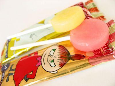 サクマ--ムーミン棒付キャンディー(ピーチ・グレープフルーツ)。