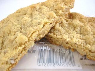 ファミリーマート--メープルナッツクッキー(香月堂)。