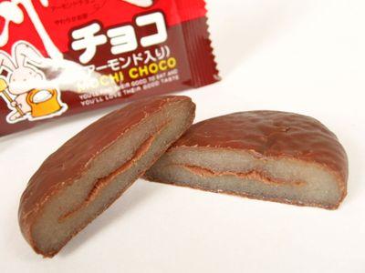 やおきん--餅チョコ(アーモンド入り)。