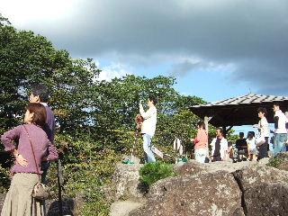 団子(籠)を見つめる観光客w