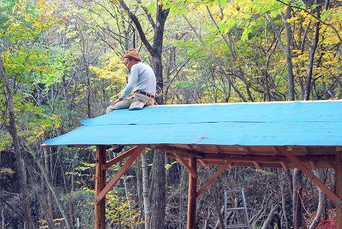 屋根に防水シートを