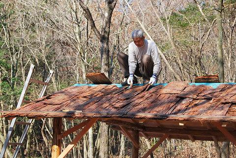 檜皮を葺くHさん
