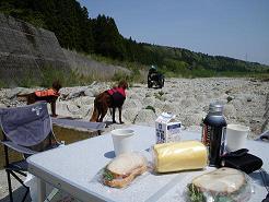 川でピクニック 048