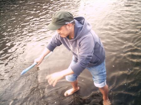 メガネを川に落とし探すビート武士