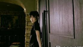 おそるおそる扉に近づくMOMO