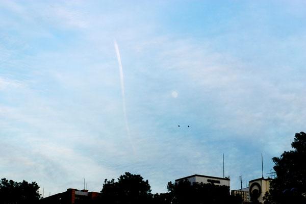 イブの月と飛行機雲