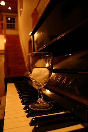 グラスと雪と調律が微妙なピアノと