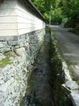入り口前の水路