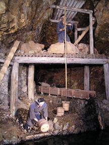 金鉱で働く人々