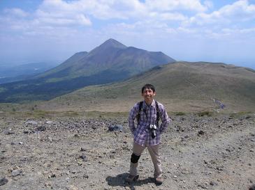 九州 2009GW 霧島山登山 新燃岳から高千穂峰・中岳をバックに一枚