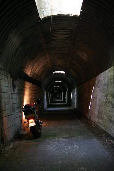 九州 2009GW 開聞岳周回路の暗いトンネル