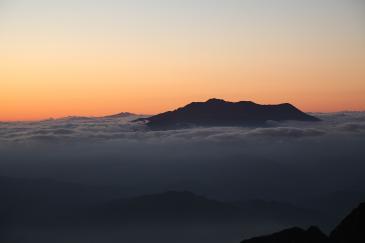 空木岳山頂から夕焼けの御岳(右)と白山(左)