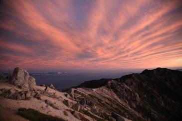 空木岳山頂から夕焼けの南駒ケ岳を望む