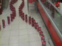 スーパーマーケットでドミノ倒し