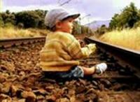 線路で遊ぶ子供をお婆さんが助けようとして・・・