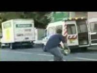 警察の車にサッカーボールを蹴り入れるいたずら