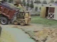 小型ブルトーザーで土砂をトラックに入れようとしたら、オイ、オイ??