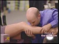 靴屋さんが女性の生足にキス