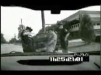 警察官に小便を掛ける男