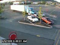 監視カメラが捕らえたトラックが駐車場の車に突っ込む瞬間映像