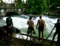 すごい激流の川でサーフィン