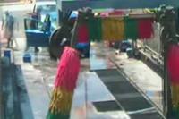 洗車場で自動車が洗車機に突っ込むアクシデント