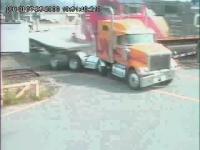 監視カメラが捉えた大型トラックと列車の衝突瞬間映像