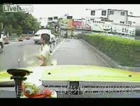 小さな子供が車に轢かれる瞬間映像