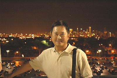 セルラーフィールドにてシカゴの夜景をバックに
