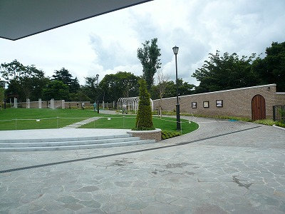 駅舎から見た公園