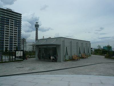 駅舎とマリンタワー