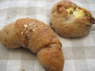 サワー種のパンとクリームチーズ入りパン