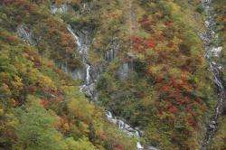 窓から撮った中腹の滝