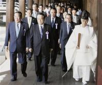 参拝を終えた島村元農相(中央)ら「みんなで靖国神社に参拝する国会議員の会」のメンバー=22日午前、東京・九段北の靖国神社01.jpg